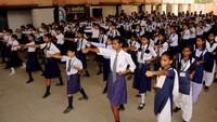 वाराणसी के कृष्ण मोहिनी विद्या मंदिर में आत्मरक्षा के गुर सीखती छात्राएं
