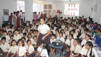 नोएडा के सेक्टर- 51 स्थित सत्य पब्लिक स्कूल में बाल फिल्म 'छोटा सिपाही' देख अपनी प्रतिक्रिया देती छात्रा