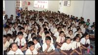 नोएडा के सेक्टर- 51 स्थित सत्य पब्लिक स्कूल में बाल फिल्म 'छोटा सिपाही' देखते बच्चे