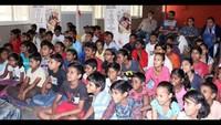 नोएडा के सेक्टर- 50, ई-ब्लॉक स्थित सामुदायिक केंद्र में 'एक अजूबा' फिल्म देखते बच्चे