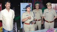 गाजियाबाद केइंदिरापुरम स्थित क्लाउड- 9 में आयोजित पुलिस की चौपाल में लोगों को संबोधित करती एएसपी अपर्णा गौतम