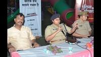 गाजियाबाद केइंदिरापुरम स्थित क्लाउड- 9 में आयोजित पुलिस की चौपाल में लोगों को जानकारी देती एएसपी अपर्णा गौतम