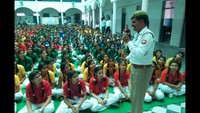 कानपुर के कल्याणपुर स्थित कैलाश सरस्वती इंटर कॉलेज में आयोजित पुलिस की पाठशाला में बच्चों को यातायात के नियम समझाते एसआई-ट्रैफिक शिव शिंह छोकर
