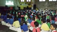 नोएडा के सेक्टर- 44 स्थित महामाया बालिका इंटर कॉलेज में बाल फिल्म 'छुटकन की महाभारत' देखती छात्राएं