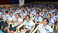 गाजियाबाद केइंदिरापुरम स्थितसेंट टेरसा स्कूल में बाल फिल्म देखते बच्चे
