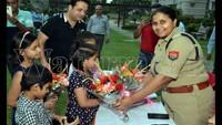 गाजियाबाद केवसुंधरा स्थित ऑलिव काउंटी सोसायटी में आयोजित पुलिस की चौपाल में एएसपी अपर्णा गौतम का स्वागत करते बच्चे