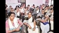महराजगंज केसदर स्थितसामुदायिक स्वास्थ्य केंद्रके सभागार में आयोजित स्वच्छता गोष्ठी में मौजूद महिलाएं