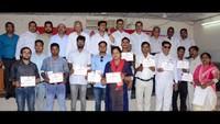 विश्व रक्तदाता दिवस के अवसर पर अलीगढ़ में आयोजित शिविर में रक्तदान कर प्रशस्तिपत्र दिखाते रक्तदाता।