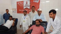 विश्व रक्तदाता दिवस के अवसर पर बलिया में आयोजित शिविर में रक्तदान करते युवा।