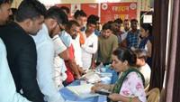 विश्व रक्तदाता दिवस के अवसर पर भिवानी में आयोजित शिविर में रक्तदान के लिए पंजीकरण कराते युवा।