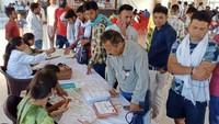 विश्व रक्तदाता दिवस के अवसर पर कैथल में आयोजित शिविर में रक्तदान के लिए पंजीकरण कराते युवा।