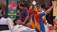 विश्व रक्तदाता दिवस के अवसर पर आदमपुर में आयोजित शिविर में रक्तदान कर रहे पति के साथ सेल्फी लेती महिला।