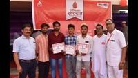 विश्व रक्तदाता दिवस के अवसर पर हिसार में आयोजित शिविर में रक्तदान कर प्रशस्तिपत्र दिखाते महादानी।