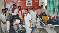 विश्व रक्तदाता दिवस के अवसर पर मऊ में आयोजित शिविर में रक्तदान करते युवा।