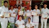 विश्व रक्तदाता दिवस के अवसर पर आयोजित शिविर में रक्तदान कर प्रशस्तिपत्र दिखाते युवा।