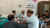 नोएडा केसेक्टर-11 स्थित धवलगिरी अपार्टमेंट में आयोजित शिविर में स्वास्थ्य परीक्षण करते चिकित्सक
