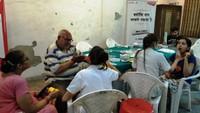 नोएडा केसेक्टर-11 स्थित धवलगिरी अपार्टमेंट में आयोजित शिविर में दंत परीक्षण करते चिकित्सक