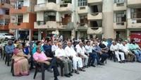 गाजियाबाद केनेहरु नगर स्थित गुलमोहर एंक्लेव सोसायटी में आयोजित पुलिस की चौपाल में मौजूद स्थानीय लोग
