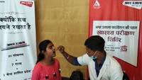 ग्रेटर नोएडा वेस्ट की साया जियान सोसाइटी में आयोजित शिविर में दंतपरीक्षण करते चिकित्सक