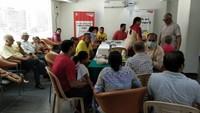 ग्रेटर नोएडा वेस्ट की सोसाइटी निराला एस्टेट में आयोजित शिविर में दंत परीक्षण करते चिकित्सक