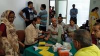 ग्रेटर नोएडा वेस्ट की सोसाइटी निराला एस्टेट में आयोजित शिविर में रक्तचाप जांचते चिकित्सक