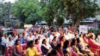 गाजियाबाद केवसुंधरा स्थित मनोकामना अपार्टमेंट में आयोजित पुलिस की चौपाल में मौजूद लोग