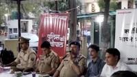 गाजियाबाद केवसुंधरा स्थित मनोकामना अपार्टमेंट में आयोजित पुलिस की चौपाल को संबोधित करते सीओ ट्रैफिक महिपाल सिंह