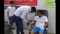 ग्रेटर नोएडा वेस्ट की सोसाइटी हवेलिया वैलेंसिया होम्स में आयोजित शिविर में स्वैच्छिक रक्तदान करते युवा