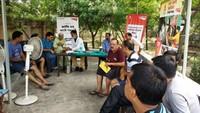 नोएडा केसेक्टर-93 स्थित एक्सप्रेस व्यू अपार्टमेंट में आयोजित शिविर में स्वास्थ्य परीक्षण करते चिकित्सक