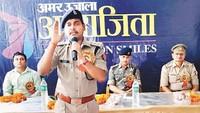 महराजगंज केमाडर्न एकेडमी सीनियर सेकेंड्री स्कूल में आयोजित पुलिस की पाठशाला को संबोधित करते नौतनवां क्षेत्राधिकारी राजू कुमार साव