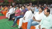 गाजियाबाद के गोविंदपुरम स्थित गौड़ होम्स सोसायटी में आयोजित पुलिस की चौपाल में मौजूद सोसाइटी के लोग