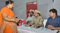 गाजियाबाद के गोविंदपुरम स्थित गौड़ होम्स सोसायटी में आयोजित पुलिस की चौपाल में सीओ प्रभात कुमार से शिकायत करती महिला