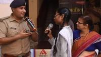 कानपुर केपारितोष इंटर कॉलेज में आयोजित पुलिस की पाठशाला में छात्रा के सवालों का जवाब देते आईपीएस चक्रेश मिश्रा