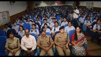 कानपुर केसर पदमपति सिंघानिया एजुकेशन सेंटर में आयोजित पुलिस की पाठशाला में मौजूद अधिकारी एवं विद्यार्थी