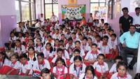 नोएडा के सेक्टर- 73 स्थित श्रीराम पब्लिक स्कूल में आयोजित बाल फिल्म महोत्सव के दौरान बाल फिल्म नानी माँ देखते बच्चे