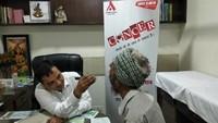गाजियाबाद केवैशाली स्थित चंद्रा लक्ष्मी अस्पताल में आयोजित कैंसर जाँच शिविर में चेकअप करते डॉ. विष्णु अग्रवाल