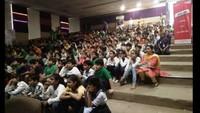 गाजियाबाद के संस्कार को-एजुकेशनल स्कूल में बाल फिल्म देखते बच्चे
