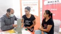 ग्रेटर नोएडावेस्ट की सोसायटी निराला एस्पायर में आयोजित शिविर में स्वास्थ्य परीक्षण करते चिकित्सक