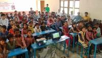 अलीगढ़ के खैर, जरारा गांव स्थित लालाराम शर्मा मेमोरियल महाविद्यालय में बाल फिल्म मल्ली देखते गाँव के बच्चे व ग्रामीण