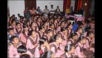 कंपोजिट मॉडल इंग्लिश मीडियम स्कूल एलमपुर में 'एक अजूबा' नामक बाल फिल्म देखते बच्चे एवं शिक्षक