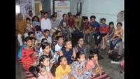 महानगर के सरायमान सिंह चौक में बाल फिल्म 'नानी मां' देखते बच्चे एवं ग्रामीण