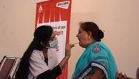 नोएडा केसेक्टर- 56 स्थित सामुदायिक केंद्र में आयोजित शिविर में दंत परीक्षण कराती महिला