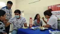 नोएडा केसेक्टर- 56 स्थित सामुदायिक केंद्र में आयोजित शिविर में दंत परीक्षण करते चिकित्सक