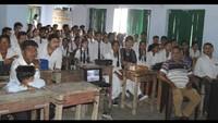 बाल फिल्म का लुत्फ़ उठाते विद्यार्थी