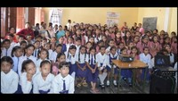 श्रीमती इंदिरा गांधी गर्ल्स जूनियर हाईस्कूल में फिल्म देखते बच्चे
