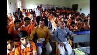 राजकमल पब्लिक स्कूल इकबालपुर में फिल्म देखते बच्चे