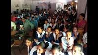शिशु शिक्षा मंदिर पेड़वाला स्कूल में फिल्म देखते छात्र - छात्राएं