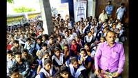 भागीरथ किसान इंटर कॉलेज में बाल फिल्म देखते विद्यार्थी
