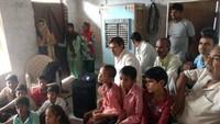 सहपऊ के पीहरा गांव में बाल फिल्म का लुत्फ़ उठाते ग्रामीण व बच्चे