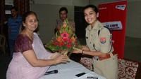नोएडा के सेक्टर- 55 स्थित सामुदायिक भवनमें आयोजित पुलिस की चौपाल में आईपीएस श्रद्धा पाण्डेय का स्वागत करती आरडब्ल्यूए उपाध्यक्ष राजरानी